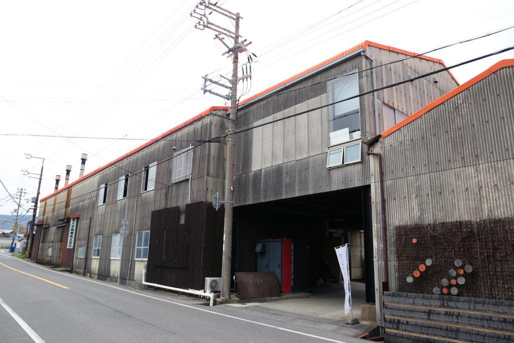 見た目は普通の工場なんですが、中にすごいオシャレな空間が広がっています。後ほどご紹介いたしますので、お楽しみに。